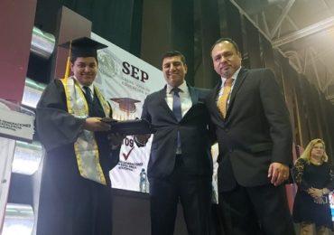 Entrega Francisco Chavira, estímulos educativos a graduados del CETIs 109