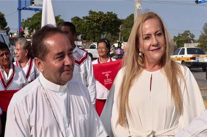 Recibe Alma Laura Amparán a Obispo de Tampico