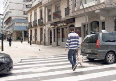 Exhortan a los automovilistas a dejar libres las zonas destinadas a peatones