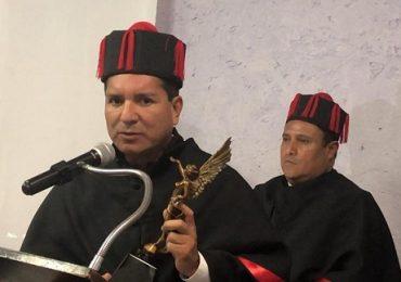 DISTINGUEN CON EL ÁNGEL DE LA INDEPENDENCIA AL RECTOR DE LA UNT FRANCISCO CHAVIRA MARTÍNEZ.