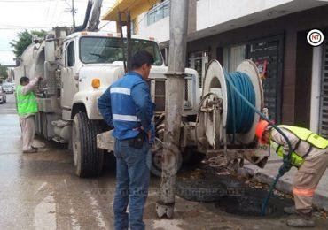 COMAPA  desazolva drenajes en la  Colonia Tamaulipas