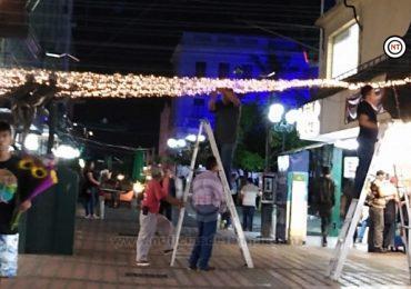 Iluminan la zona peatonal con techo de guías de luces