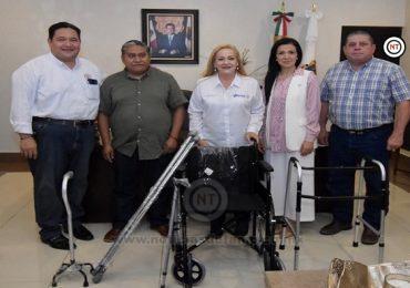 Recibe Alma Laura Amparán donación de aparatos funcionales del Grupo de Artesanos Independientes