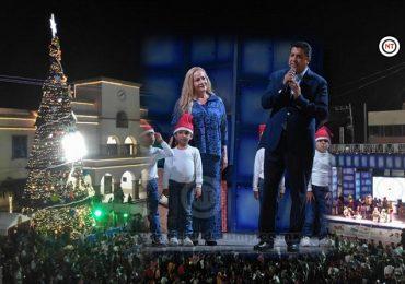Encienden Francisco García Cabeza de Vaca y Alma Laura Amparán la magia de la Navidad