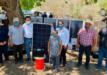 Alcalde de Ocampo y su esposa dotan de despensas y de celdas solares a familias de comunidades rurales