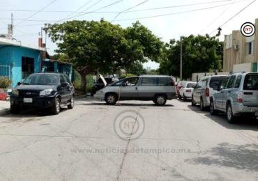 Vecinos bloquean calles en protesta contra CFE.
