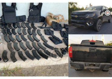 En operativo aseguran una camioneta, cargadores, municiones, marihuana y equipo táctico.