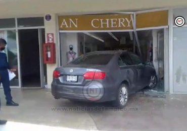 Ancianita acelera en lugar de frenar; se mete a negocio