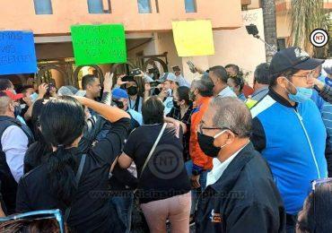 Se manifiestan trabajadores sindicalizados de la UAT en contra de la actual dirigencia.