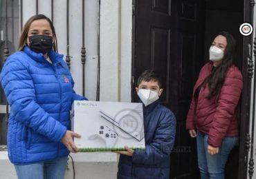 Entrega Adriana Herrera a domicilio premios del DIF